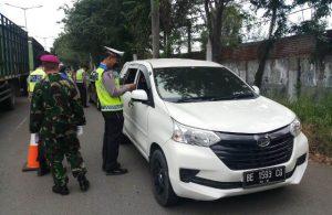 Antisipasi Covid-19, Polsek Lemahwungkuk Lakukan Penyekatan Di Pos Chek Point Lemahwungkuk Ops Ketupat Lodaya Tahun 2020 Polres CIKO