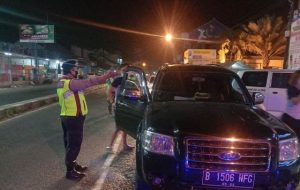 Gugus Tugas Penanganan dan Pencegahan Covid-19 Polres CIKO Perbatasan Mundu, Sekat Puluhan Kendaraan