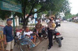 Berikut Cara Pendekatan Personil Polsek Lemahwungkuk Polres CIKO Melalui Patroli Dialogis Dengan Abang Becak
