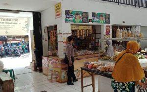 Bhabinkamtibmas Utbar Polres Ciko, Aiptu Joko Sambagi Para Pedagang Di Pasar Pagi