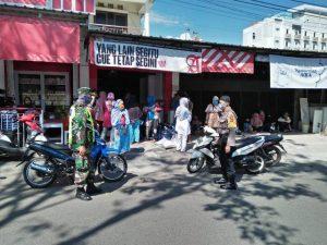 Bripka Rahmat Bhabinkamtibmas Utbar Polres Ciko Kawal Pendistribusian Bansos BPNT