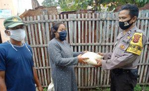 Bhabhinkamtibmas Kelurahan Drajat Aiptu Priyo Polsek Utbar Polres Ciko bagikan sembako keluarga dari Kapolres Cirebon kota