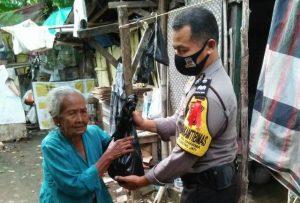 Bhabinkamtibmas Desa Adi Dharma Aiptu Subanarto, SH Gunung jati Polres Ciko Memberikan Sembako Warga dari Kapolres Cirebon Kota