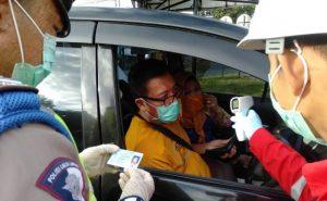 Kegiatan Penyekatan dan Pemeriksaan Dalam Rangka PSBB, Kendararaan R4 dan R2 dari Arah Jakarta ke arah Cirebon Kota/Jawa Dilaksanakan di Pos Cek Point Tangkil Polres Ciko