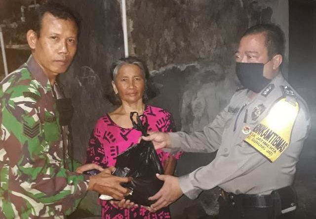 Bhabin KTM Desa Jatimerta bersama Aiptu H. Suharto, SH Gunung Jati Polres Ciko Memberikan Sembako Warga dari Kapolres Cirebon Kota