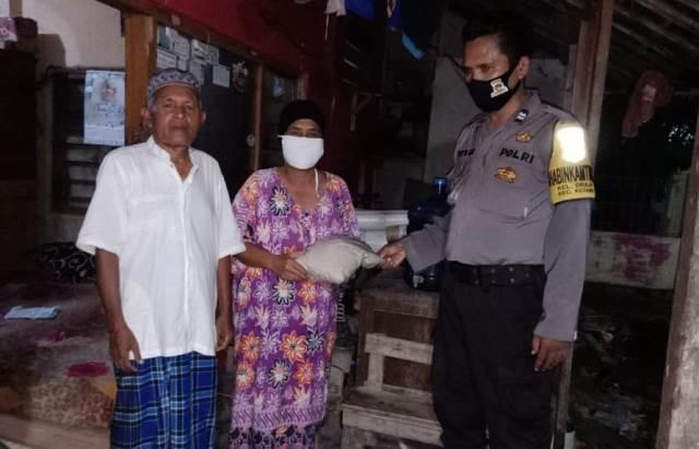 Aiptu Priyo, Bhabin Kel drajat Polsek Utbar Polres Ciko Menyalurkan Bansos dari Kapolres Cirebon Kota
