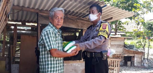 Aiptu Imam S Bhabin Kesenden Polsek Utbar Polres Ciko Menyalurkan Bansos dari Kapolres Cirebon Kota