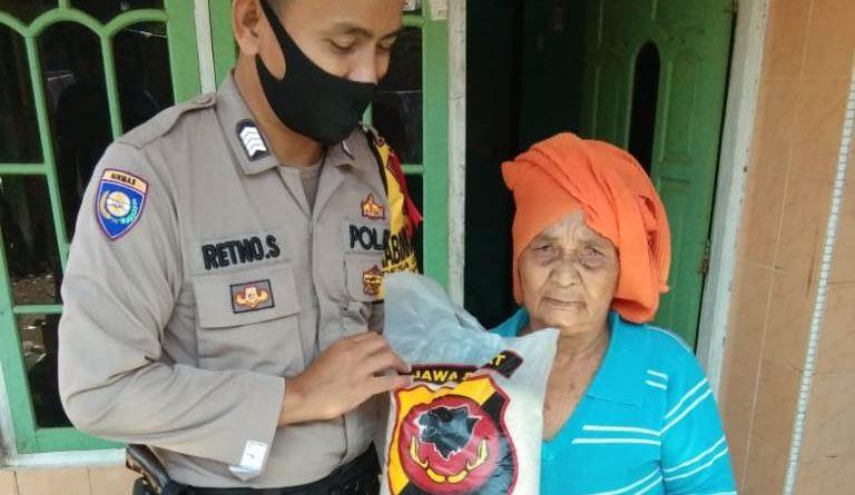 Bhabinkamtibmas Desa Grogol Bripka Retno Suciyanto Polsek Kapetakan Polres Ciko, Berikan Sembako Warga dari Kapolres Cirebon Kota