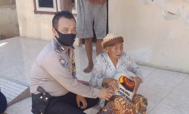 Bripka Yudhi Pramono, Bhabinkamtibmas Desa Kapetakan Polsek Kapetakan Berikan Sembako Warga Dari Kapolres Cirebon Kota
