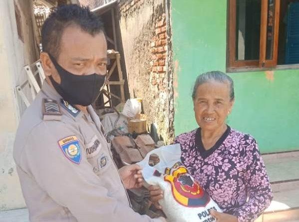 Kapolres Cirebon Kota Bagikan Sembako Kepada Warga Melalui Bhabinkamtibmas Desa Kapetakan Polsek Kapetakan, Bripka Yudhi Pramono
