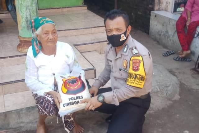 Ibu Asti 80 Tahun, Dapatkan Bantuan Sembako dari Kapolres Cirebon Kota Melalui Bhabinkamtibmas Kapetakan Polsek Kapetakan, Bripka Yudhi Pramono