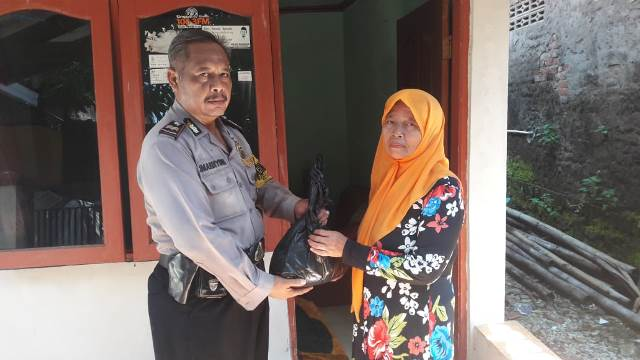 Bhabinkamtibmas Larangan Kecamatan Harjamukti Polsek Seltim, Aiptu Sumardiyono Gandeng Babinsa Bagikan Sembako Kapolres Cirebon Kota