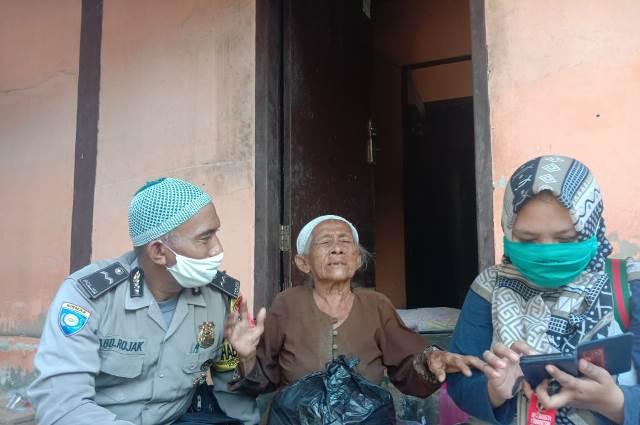 Aipda Abdul Rojak Bhabinkamtibmas Desa Astapada Polsek Kedawung Bagikan Sembako Kapolres Cirebon Kota