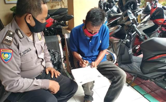 Belanja Masalah, Aiptu Tajak Bhabinkamtibmas Utbar Polres Ciko Sambang Warga Sekaligus Ajak Lawan Covid-19