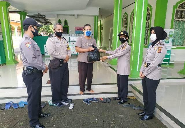 Gerakan Baksos Polri Peduli Covid-19, Personil Polsek Seltim Polres Ciko Bagikan Sembako Kepada Marbot Masjid Nurul Amal