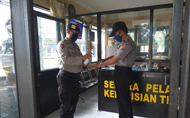 Cek Suhu Tubuh Anggota dan Penyemprotan Desinfektan Mako Polsek KPC Polres Ciko, Cegah Covid-19