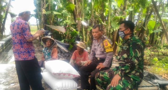 Bhabinkamtibmas Desa Sambeng Aipda Koman Bersama Babinsa Serma Wahyudin Gunungjati Polres Ciko, Patroli Sambangi Warga