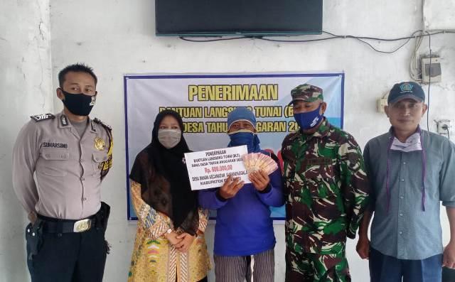 Bhabinkamtibmas Desa Muara Bripka Suharsono Polsek Kapetakan Polres Ciko Melaksanakan Giat Monitoring Penyaluran BLT Dana Desa