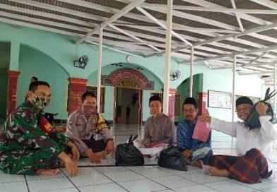 Polres Cirebon Kota Melalui Peran Bhabinkamtibmas Bersama Babinsa Bagikan Sembako kepada Marbot Masjid