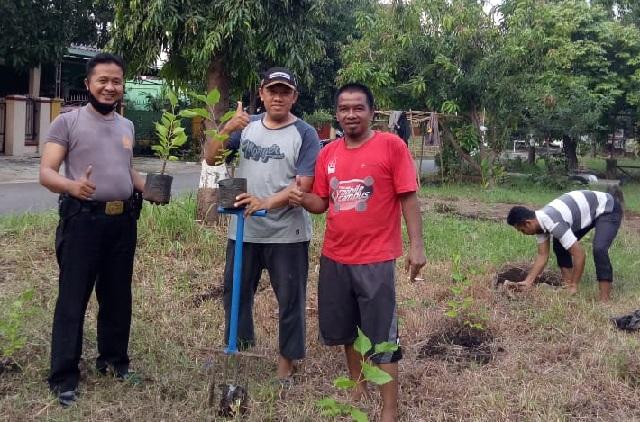 Bhabinkamtibmas Desa Kalikoa Aipda M. Sonny, K. SE Polsek Kedawung Polres Ciko, Giat Penanaman Pohon Murbei