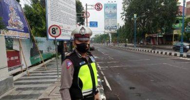 Ciptakan Kamseltibcar  di jalan raya  Personil Polsek Utbar Polres Ciko Gatur Pagi Hari ,di masa AKB Covid 19