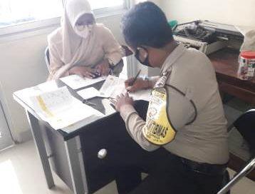 Bhabinkamtibmas Gunung Jati Polres Bripka Purwoko melalui belanja Masalah warga Sampaikan AKB Covid 19