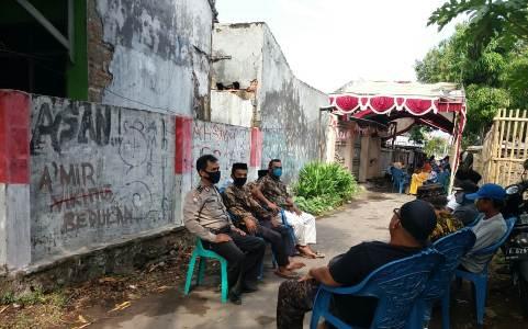 Bhabinkamtibmas Kapetakan  Polres CiKo Aipda   Carsadi  Monitoring pernikahan warga di masa Covid 19