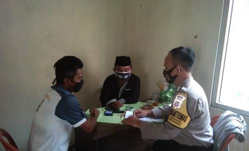 Bhabinkamtibmas Kapetakan Polres Ciko Bripka Retno Diskusi Kamtibmas ajak warga ikuti anjuran Pemerintah dalam AKB Cegah Covid 19