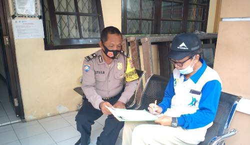 "Melalui Program "" Gunung Jati  "" Aiptu Tajak Bhabinkamtibmas Utbar Polres Ciko sambang warga ajak lawan Covid 19"