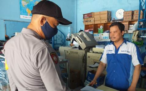 Aipda Rahmat  Bhabinkamtibmas Utbar  Polres Ciko Sampaikan AKB dengan Protokol kesehatan dengan Sambangi warga