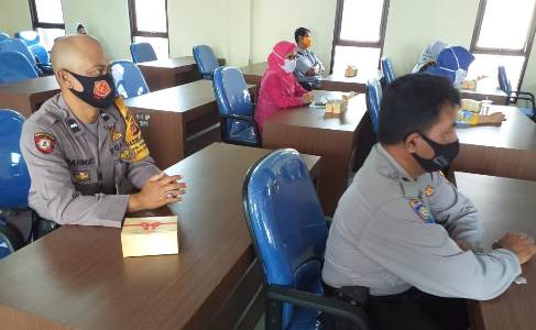 Bhabinkamtibmas Utbar POlres Ciko Aipda Rahmat  hadiri Rakor bersama,  terkait ketahanan Pangan di masa Covid 19