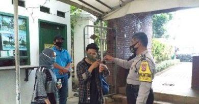 Bhabinkamtibmas Utbar Polres Ciko Aipdtu Ade wardaya ajak warga AKB 3M dengan bagikan masker