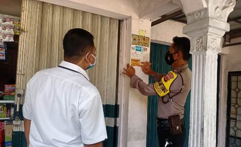 Bhabinkamtibmas Kapetakan Polres Ciko Bripka Suharsono  pasang stiker kamtibmas kepada Masyrakat Patuhi Protokol Kesehatan 3m Covid 19