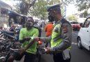 Kasat lantas polres cirebon kota, edukasi ke Pasar Loak bagikan Masker