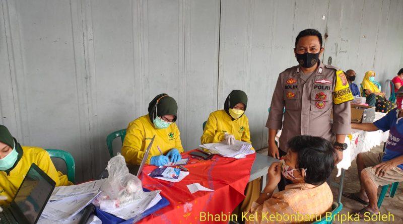 Bripka soleh Bhabinkamtibmas Utbar Polres Ciko Monitoring Suntik Vaksin kepada warga dalam rangka Ops Yustisi
