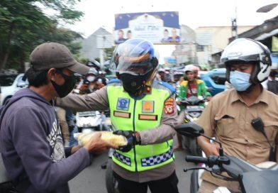 Sinergitas Kapolres Cirebon Kota dan pengusaha, bansos bagikan beras keliling kota cirebon.