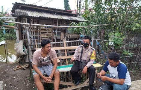 Bhabinkamtibmas Polsek Kapetakan Polres Ciko Aipda Carmo Himbau warga dengan  terapkan Prokes 5m cegah Covid 19, Ops Yustisi