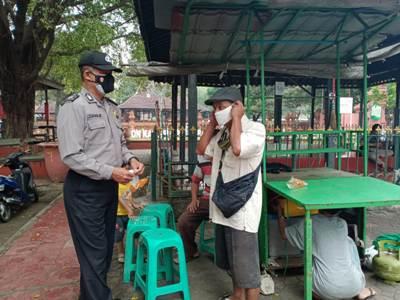 Gelar Ops yustisi Polsek Lemahwungkuk Polres Ciko Himbau 5m cegah Covid 19 , sekaligus bagikan masker