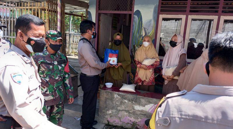 Polsek Kapetakan Polres Ciko bersama TNI bagikan baksos sembako di masa PPKM Level 4