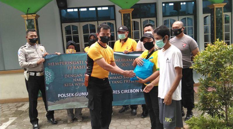 Tanpa bosan dan lelah polisi polsek gunungjati bagikan bansos ditengah pandemi covid19