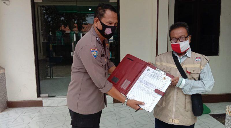 Sampaikan Pesan kamtibmas Bhabin Kalibaru Polsek Kedawung Polres Ciko , dengan belanja masalah warga serta ajak Prokes 5m di masa Pandemi